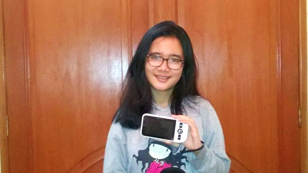 Cecilia Aloina Sembiring with her prize Zoomax Handheld video magnifier Snow