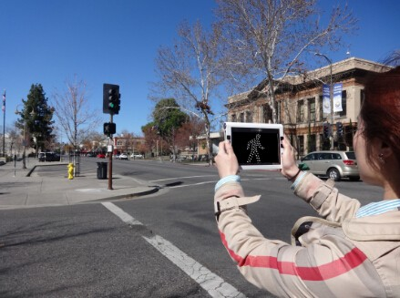 Using Portal Video Magnifier Snow 7 HD To See Traffic Light While Traveling