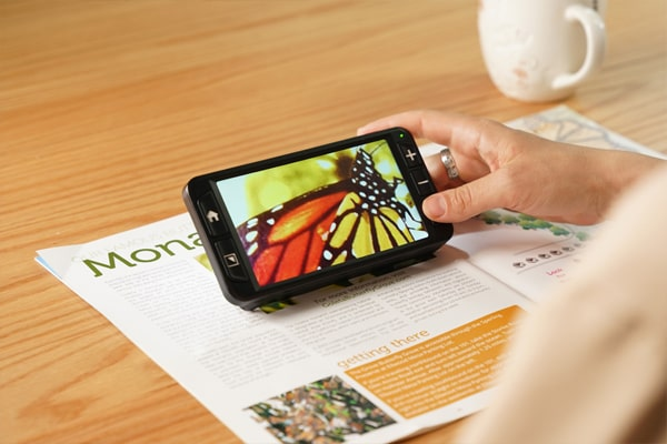 zoomax luna 6 handheld electronic video magnifier for low vision vivid color and great image quality